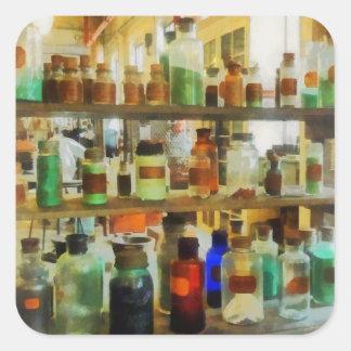Botellas de verde y de Brown de las sustancias Pegatina Cuadrada