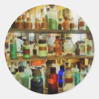 Botellas de verde y de Brown de las sustancias Pegatina Redonda