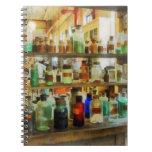Botellas de verde y de Brown de las sustancias quí Libreta Espiral