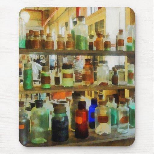 Botellas de verde y de Brown de las sustancias quí Alfombrilla De Ratones