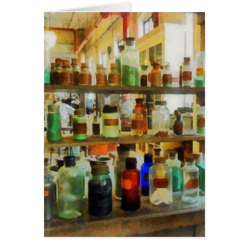 Botellas de verde y de Brown de las sustancias quí Tarjeta De Felicitación