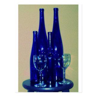 Botellas de vino azules, acentuadas postal