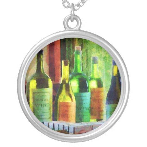 Botellas de vino cerca de la ventana joyerías
