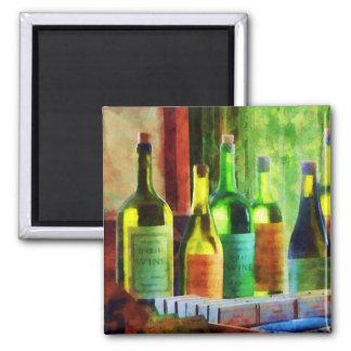 Botellas de vino cerca de la ventana imán cuadrado