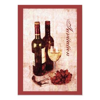 Botellas de vino con la invitación de las uvas