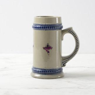 Botellas de vino contra las hojas purpurinas taza de café