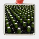 Botellas de vino de cristal en una fábrica del emb ornamento de navidad