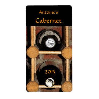 Botellas de vino en etiqueta del estante etiquetas de envío
