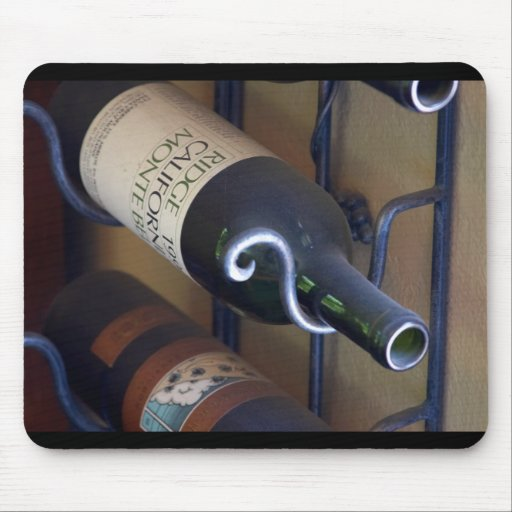 Botellas de vino en un estante tapete de raton