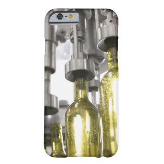botellas de vino que son llenadas del vino en la funda de iPhone 6 barely there