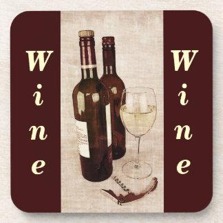 Botellas de vino y práctico de costa de la copa posavaso