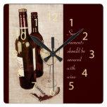 Botellas de vino y reloj rústicos de la copa de vi