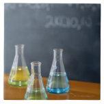 Botellas dispuestas para el experimento de la azulejo cuadrado grande