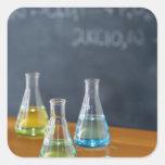 Botellas dispuestas para el experimento de la pegatina cuadrada