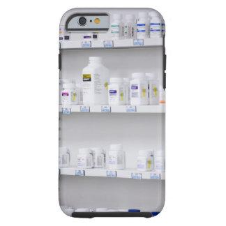 botellas en los estantes en una farmacia funda para iPhone 6 tough