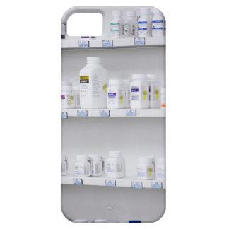 botellas en los estantes en una farmacia iPhone 5 Case-Mate funda