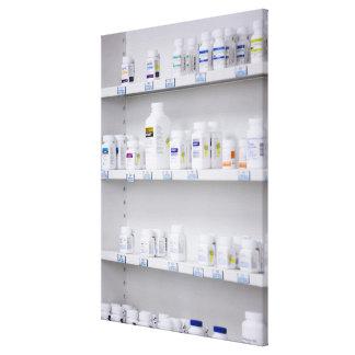 botellas en los estantes en una farmacia lona envuelta para galerías