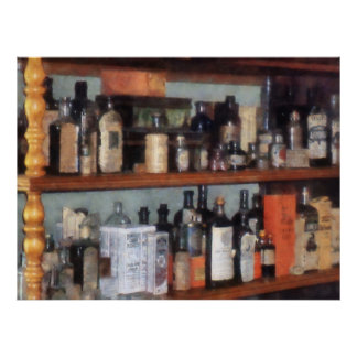 Botellas en tienda general poster