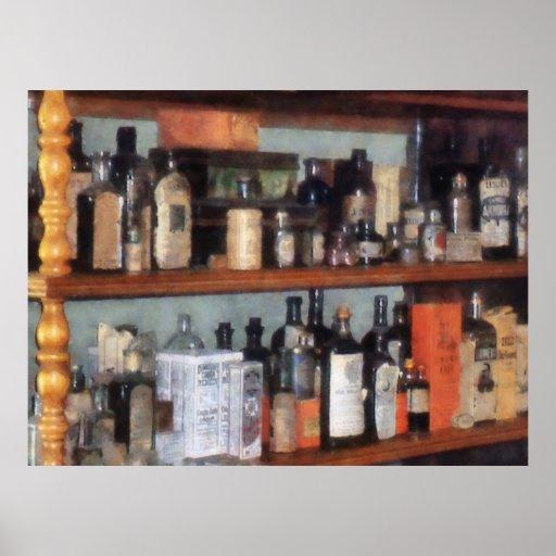 Botellas en tienda general póster