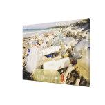 Botellas plásticas y océano que descargan en un impresión en lienzo