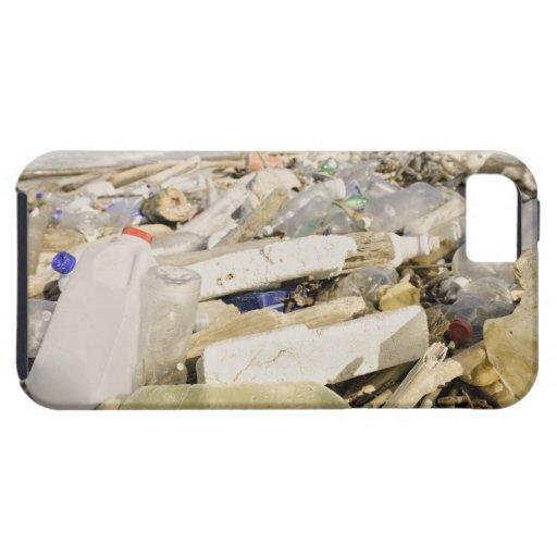 Botellas plásticas y océano que descargan en un iPhone 5 fundas