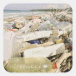 Botellas plásticas y océano que descargan en un pegatina cuadrada