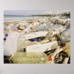Botellas plásticas y océano que descargan en un póster