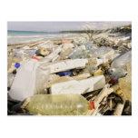 Botellas plásticas y océano que descargan en un tarjetas postales