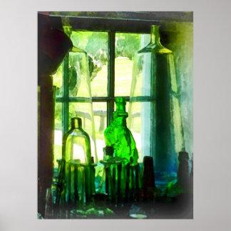 Botellas verdes en Windowsill Posters