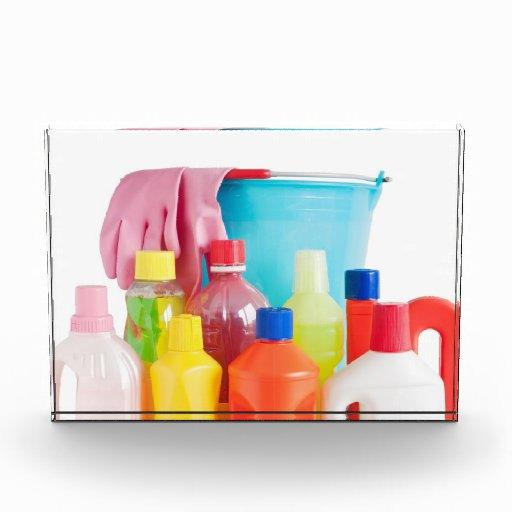 botellas y cubo detergentes