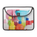 botellas y cubo detergentes funda macbook pro