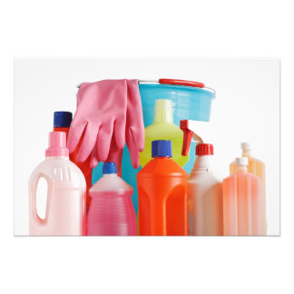 botellas y cubo detergentes fotos
