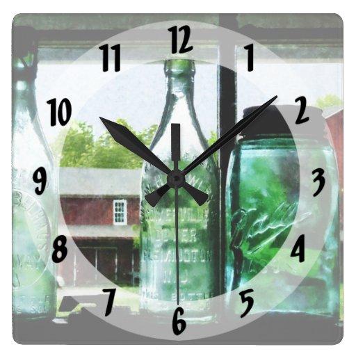 Botellas y tarros de enlatado reloj