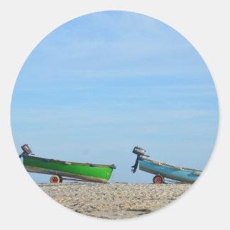 Botes en una playa pegatina redonda