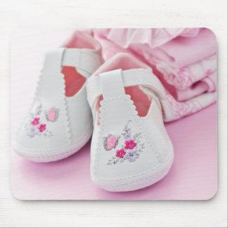Botines rosados y ropa de la niña alfombrillas de ratón