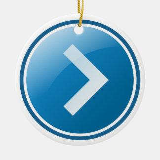 Botón azul de la flecha - derecho adorno navideño redondo de cerámica