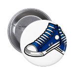 Botón azul de la zapatilla de deporte del balonces pin