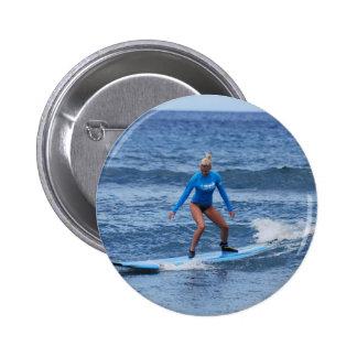 Botón de la persona que practica surf del chica