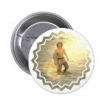 Botón del muchacho de la persona que practica surf pin