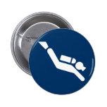 Botón del símbolo del buceo con escafandra pins