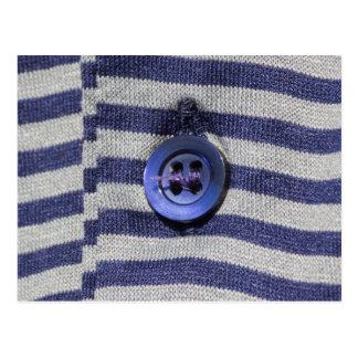 botón en la camisa postal