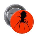 Botón espeluznante negro anaranjado de la araña pin