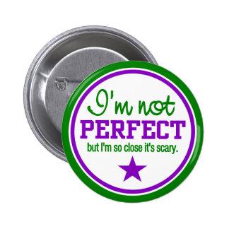 Botón NO PERFECTO - verde/púrpura Pin Redondo De 2 Pulgadas