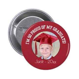 Botón orgulloso de la graduación - rojo