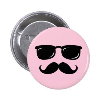 Botón rosado incógnito con el bigote y las gafas d pin redondo de 2 pulgadas