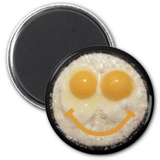 Botón sonriente de la cara del huevo frito de la c imán redondo 5 cm