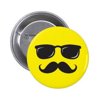 Botón sonriente incógnito con el bigote y los vidr pins