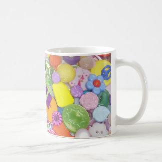 Botones brillantemente coloreados taza de café