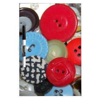 Botones coloridos pizarra blanca