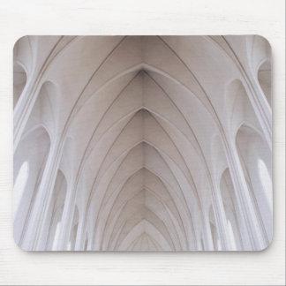 bóveda blanca del pilar del alto techo alfombrillas de ratón